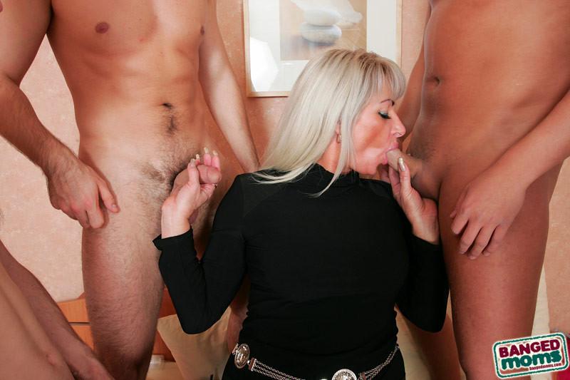 Групповой секс с красивой пожилой женщиной