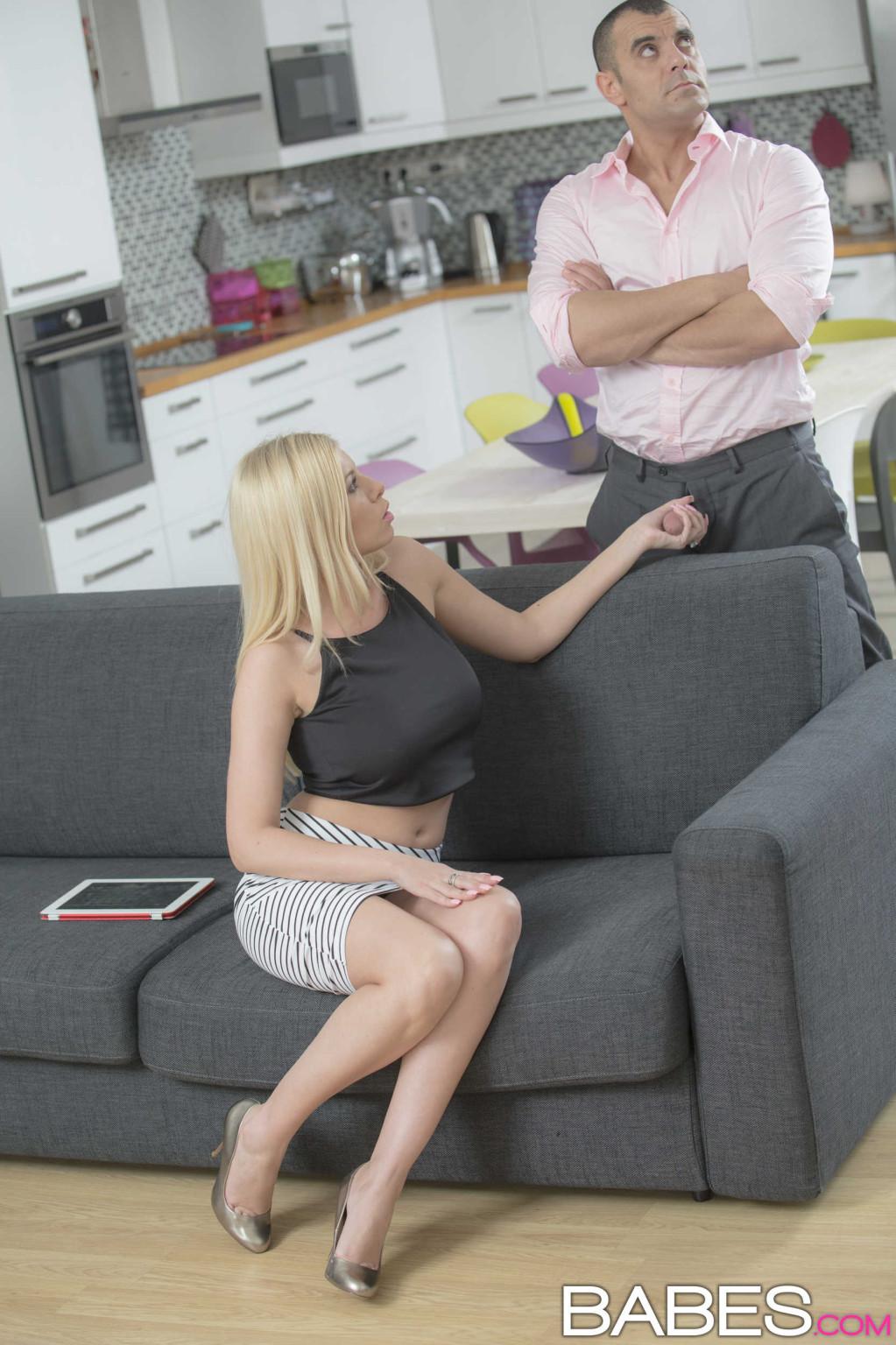 Блондинка на каблуках трахается в жопу