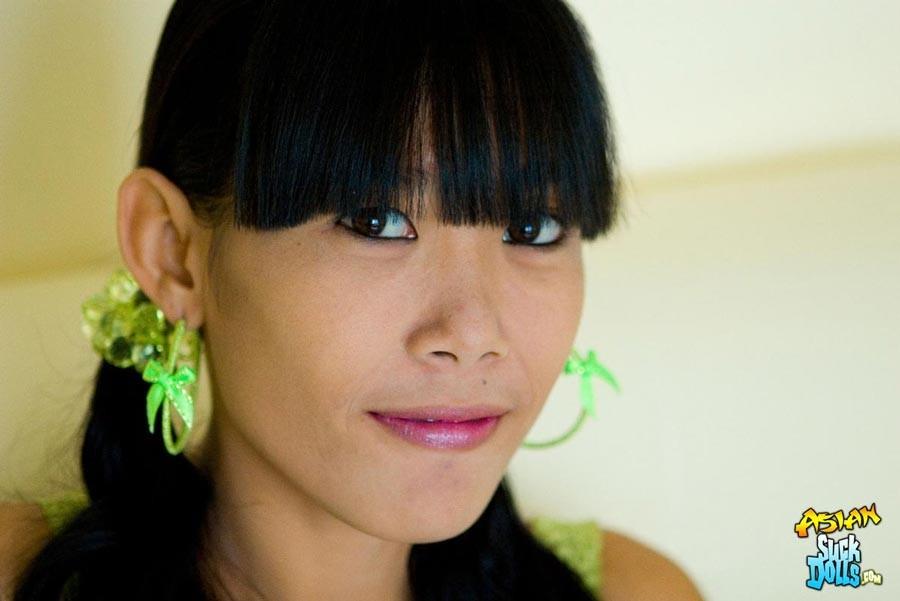 Красивая и худая женщина азиатка