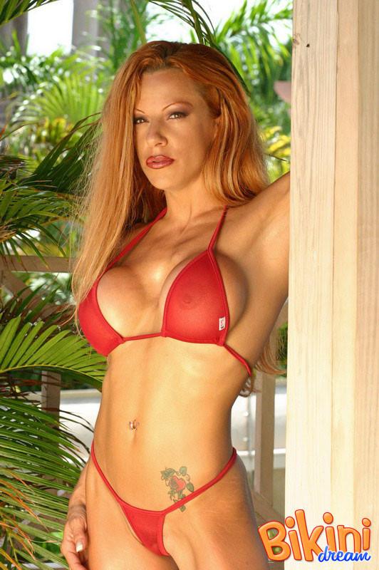 Рыжая блядь в красном бикини