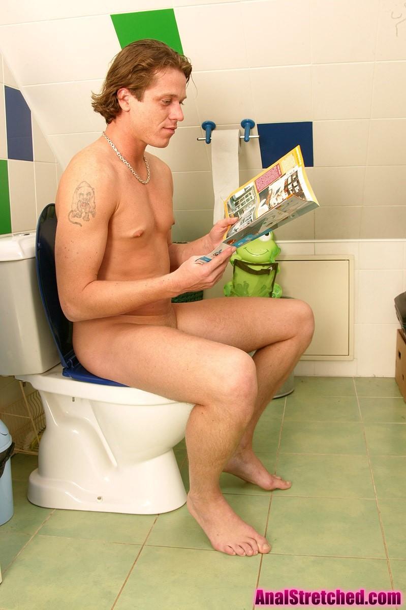 Выебал зрелую жену в туалете в жопу