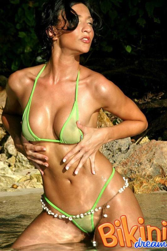 Брюнетка в прозрачном зеленом бикини