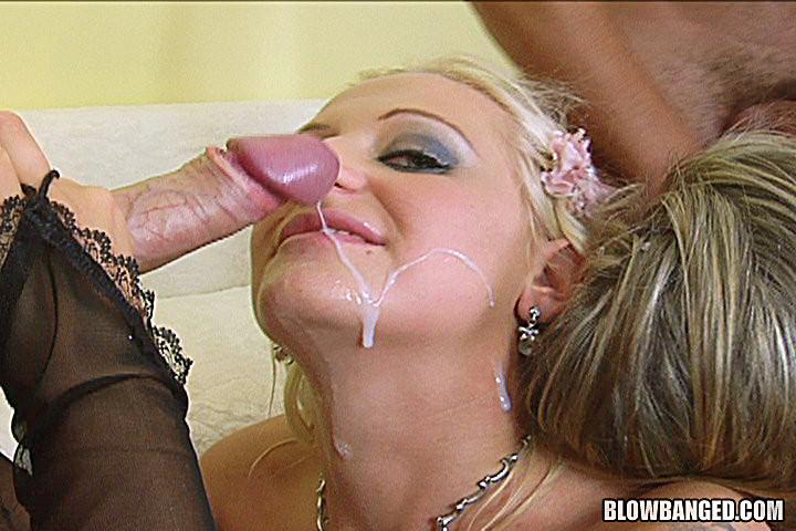 Зрелая блондинка сосет три хуя и наслаждается спермой