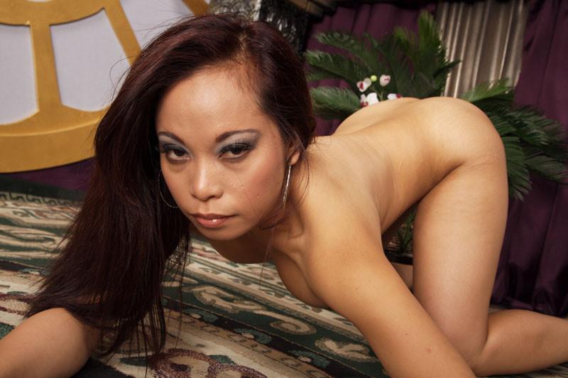 Трахает сисястую азиатку
