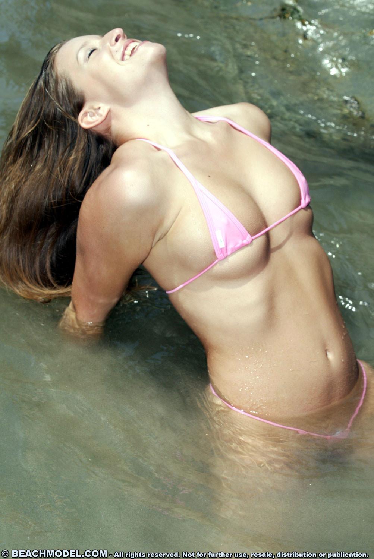 Сексуальная девушка в розовом бикини