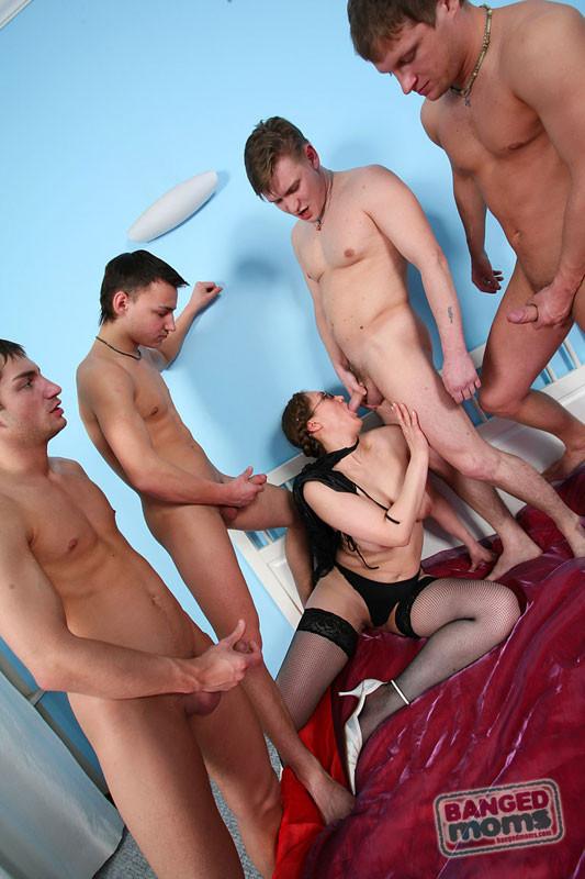 Секс пожилой женщины с четырьмя молодыми парнями