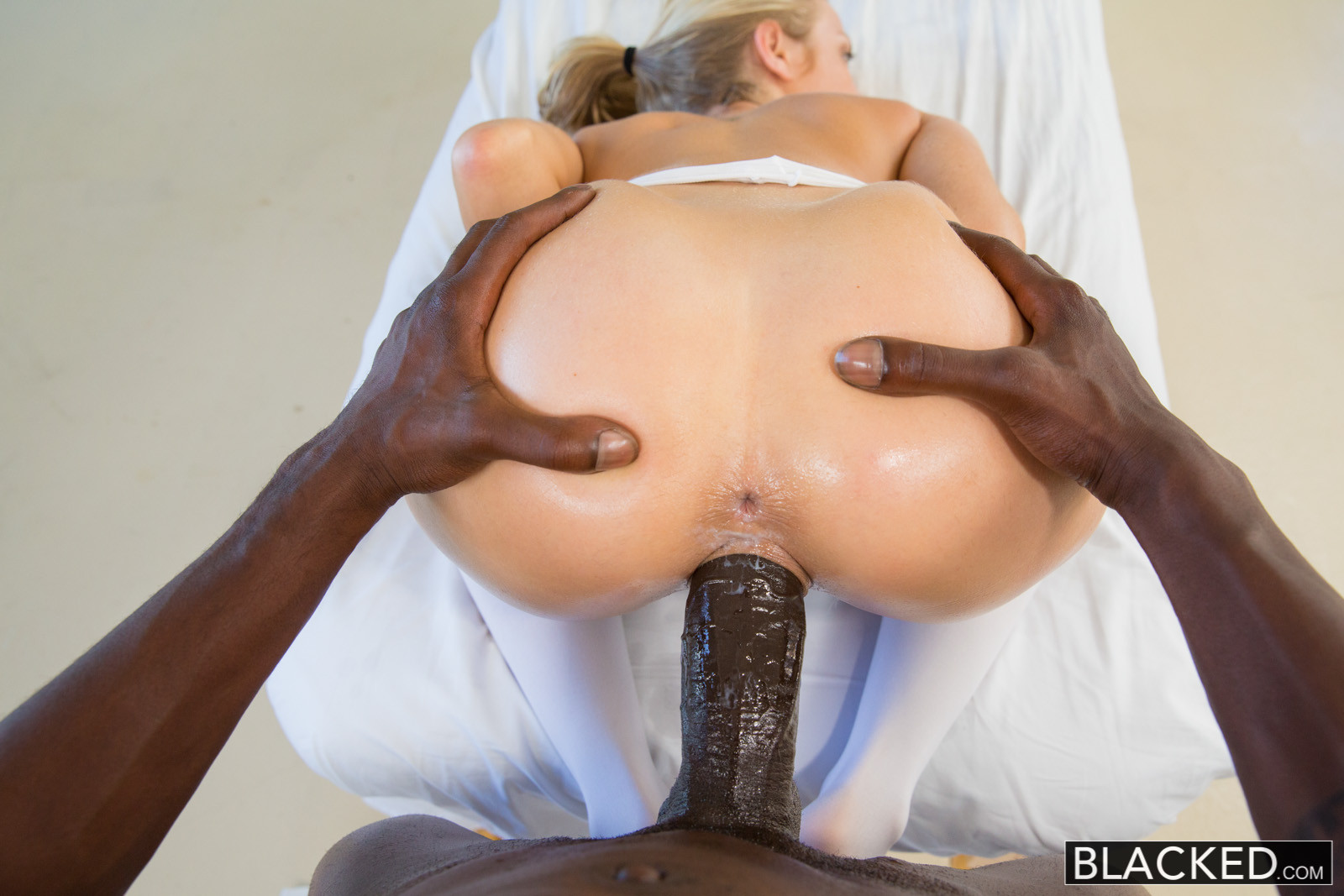 Эротичная массажистка развлекает негра