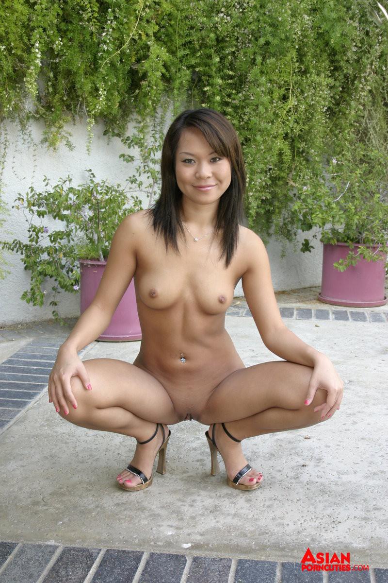 Трахает азиатку в жопу
