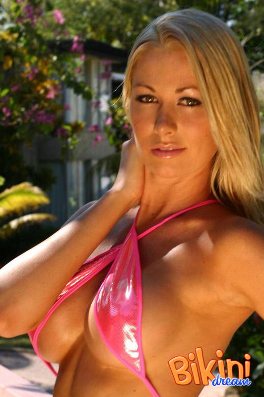 Сисястая блондинка в розовом мини бикини