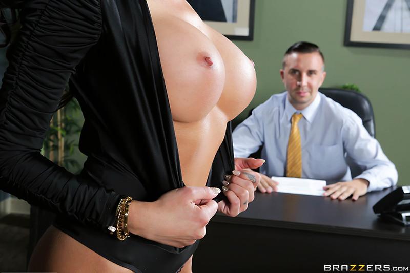 Секс на работе с красивой секретаршей