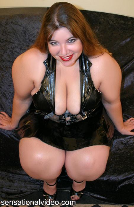 Толстая рыжая блядь и два черных хуя в ее рту