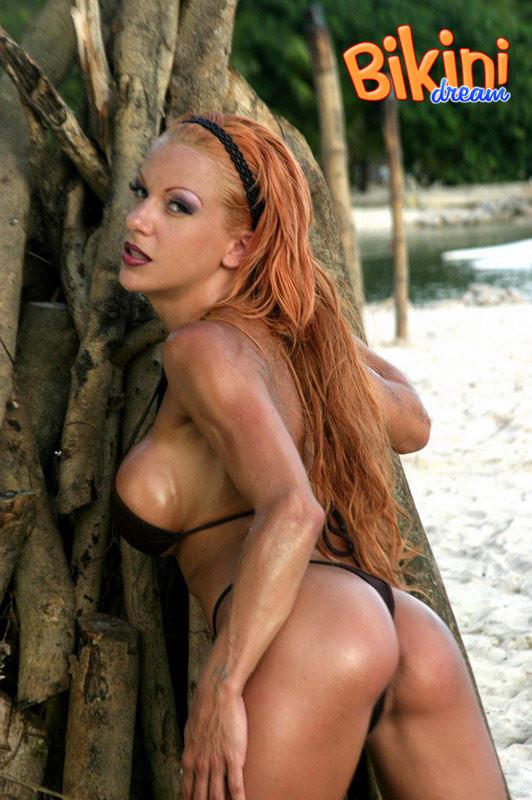 Рыжая женщина в сексуальном бикини