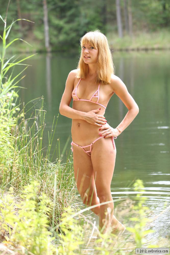 Русская девушка в микро бикини