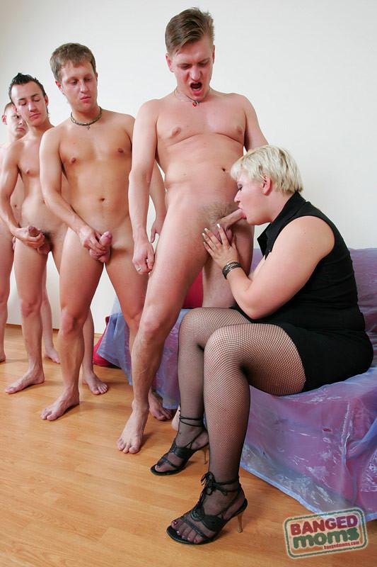Парни по очереди дают в рот пожилой, пухлой блондинке