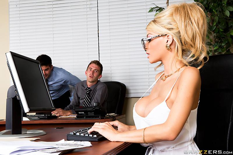 Трахнул в офисе блондинку с бритой пиздой