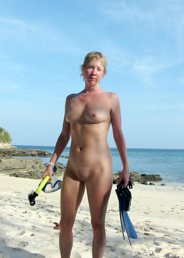 Голые гуляют по пляжу