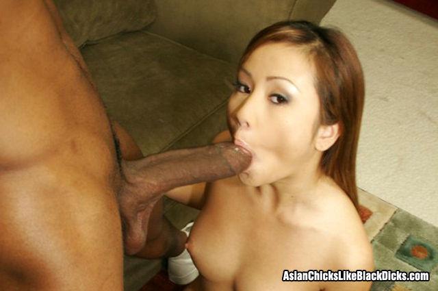 Негр трахает молодую азиатку