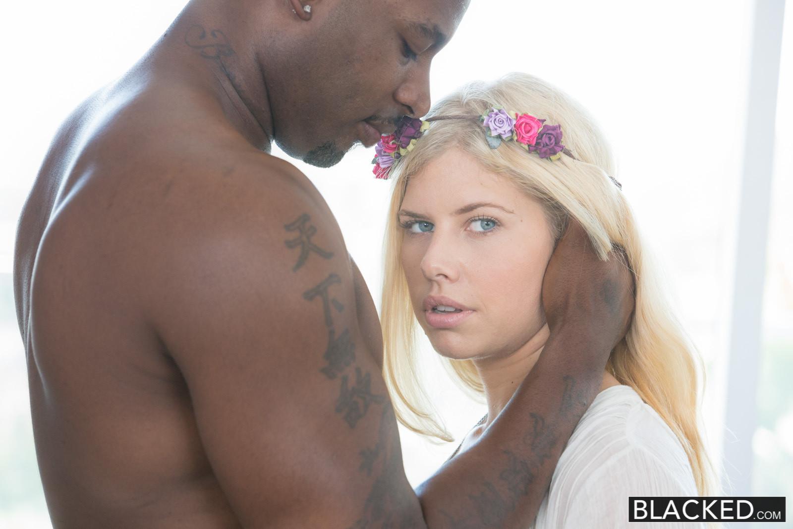 Негр воткнул хуй в красивую блонду
