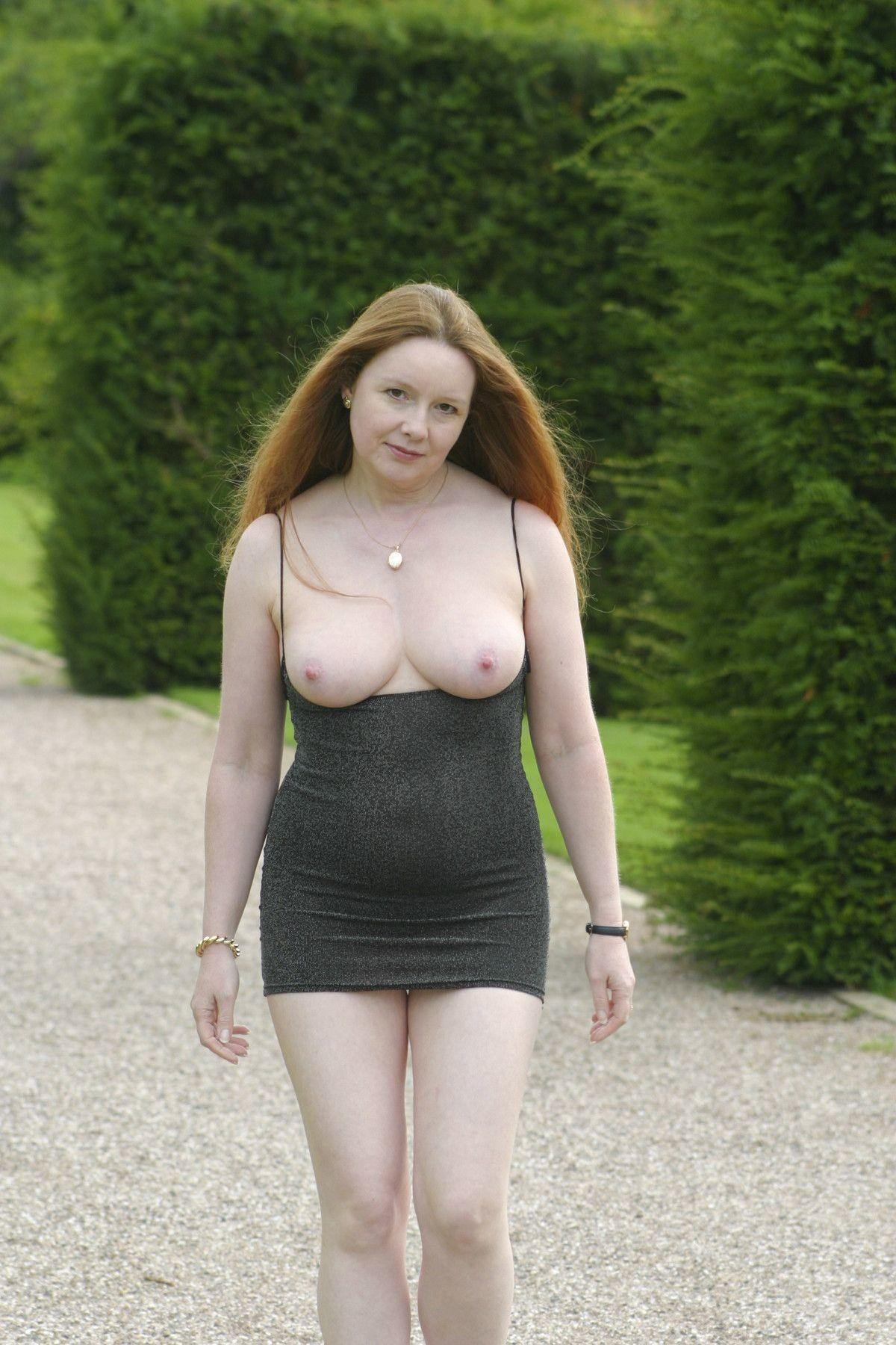 Женщина в зрелом возрасте показывает свое пышное тело, совершенно забыв о всяком стеснении