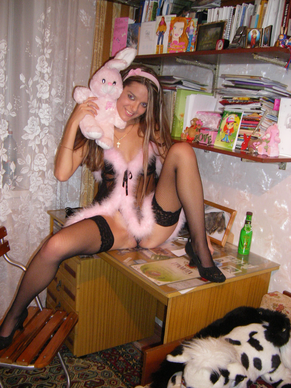 Горячая молодая девушка показывает свое тело в разных эротических нарядах – при этом она всегда сексуальна