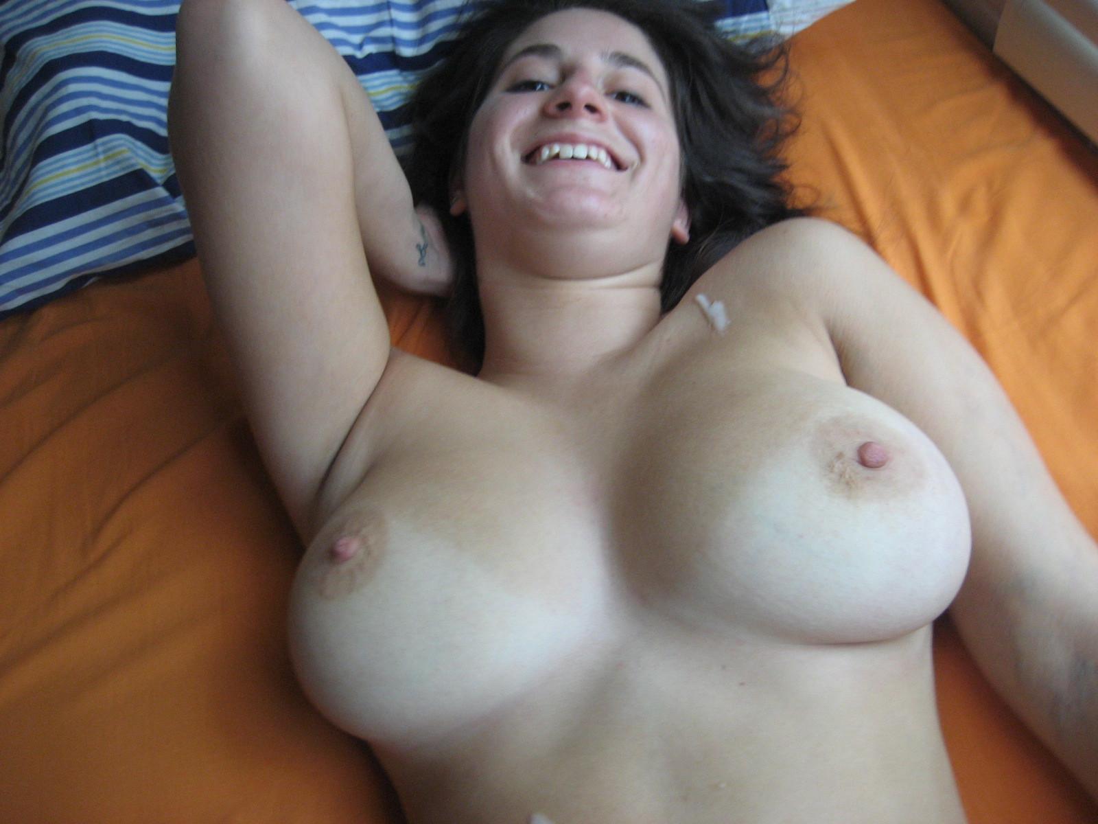 Девушка доводит мужчин до оргазма с помощью ротика специально для того, чтобы ощутить на лице сперму