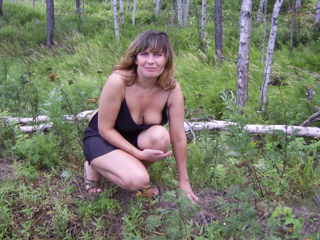 Зрелая женщина готова показать свои прелести всем подряд – она демонстрирует себя прямо на природе