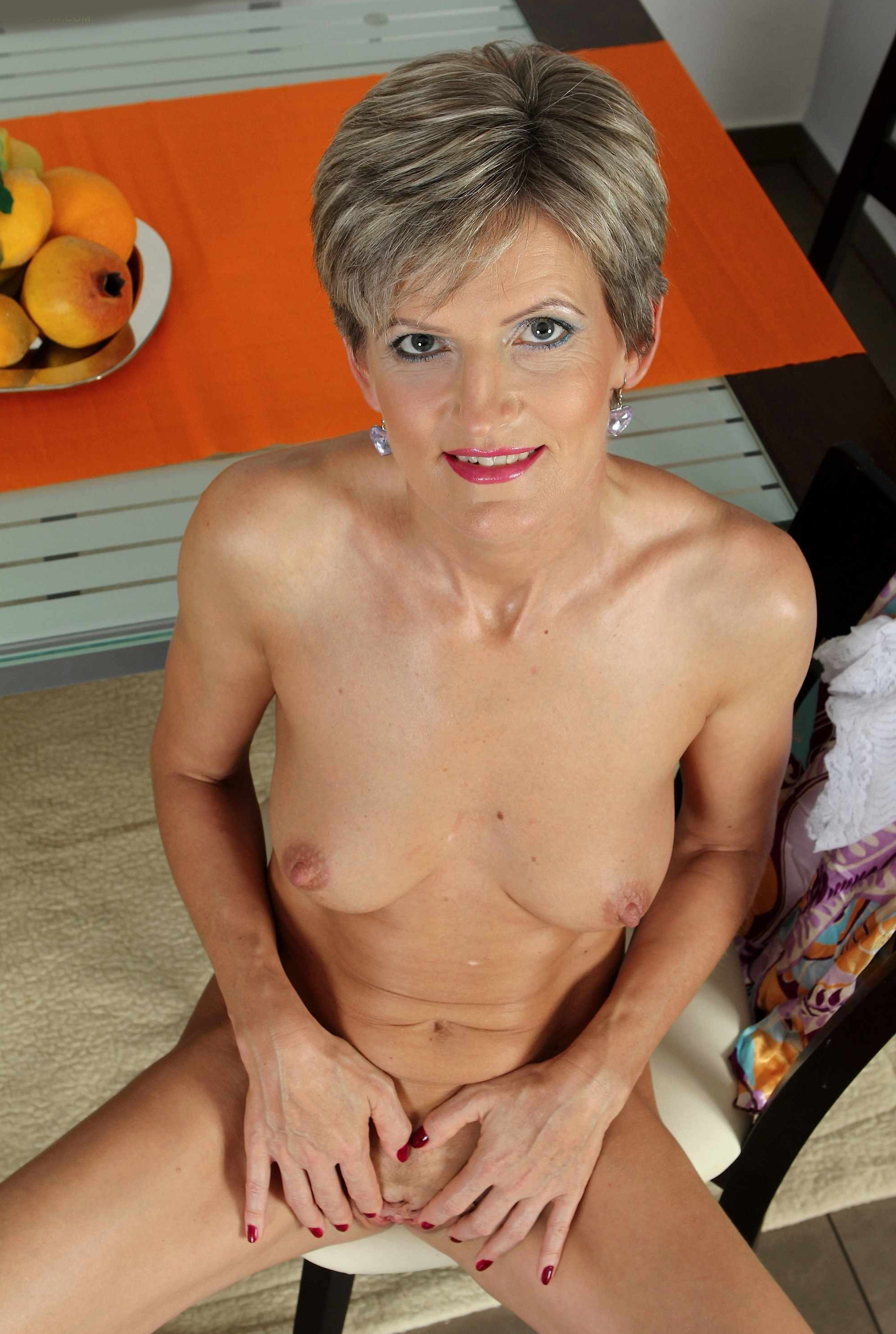 Мелани уже очень немолода, но старается выглядеть сексуально и у нее это отлично получается