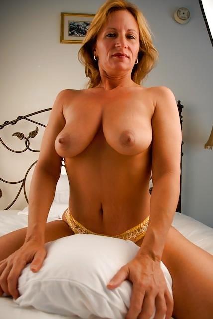 Зрелая женщина с большими буферами показывает свою фигурку в разных ракурсах и образах