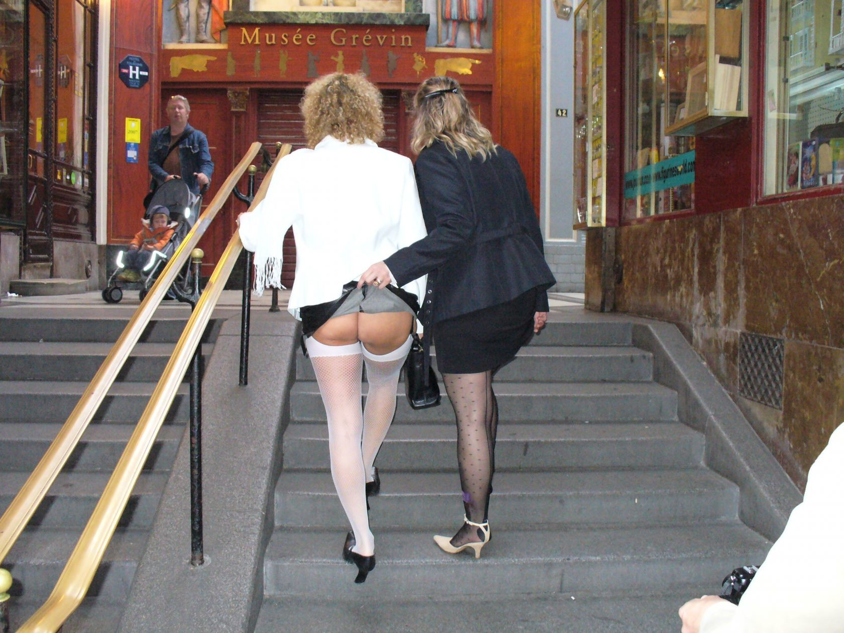 Зрелая женщина гуляет по городу и показывает себя в самых разных ракурсах – ей нравится обращать на себя внимание