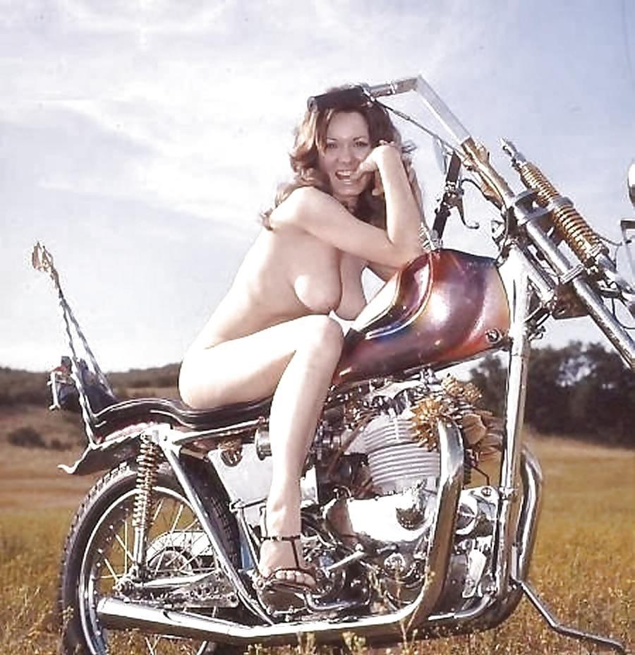 Множество фотографий, на которых девушки показывают обнаженные тела на фоне мотоциклов