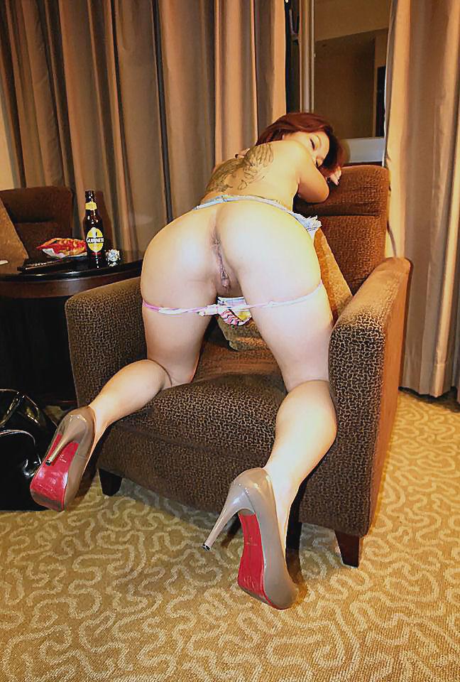 Азиатская красавица демонстрирует сиськи и дырочку между ножками