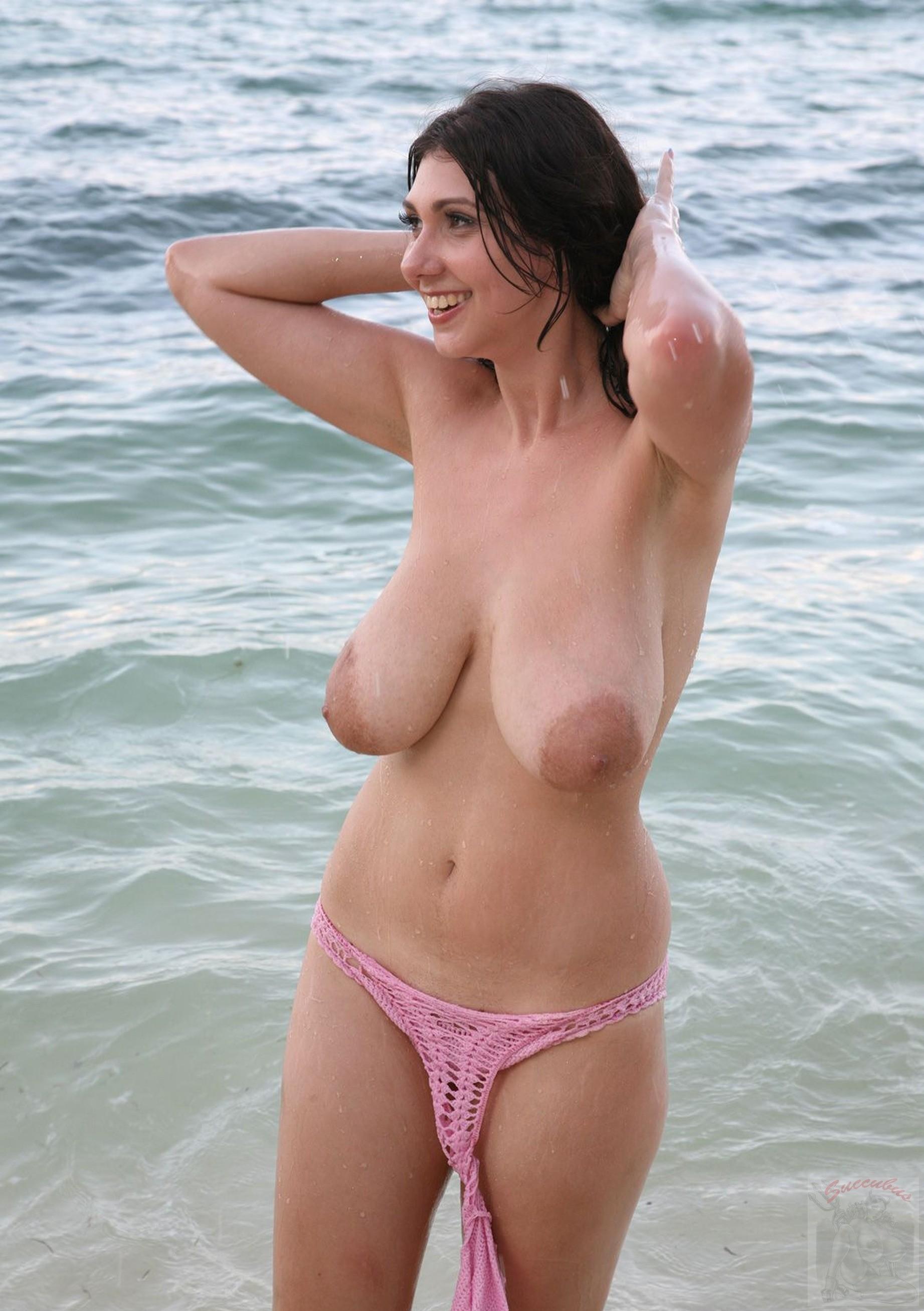 Брюнетка с натуральной грудью показывает себя на пляже – она действительно выглядит обалденно