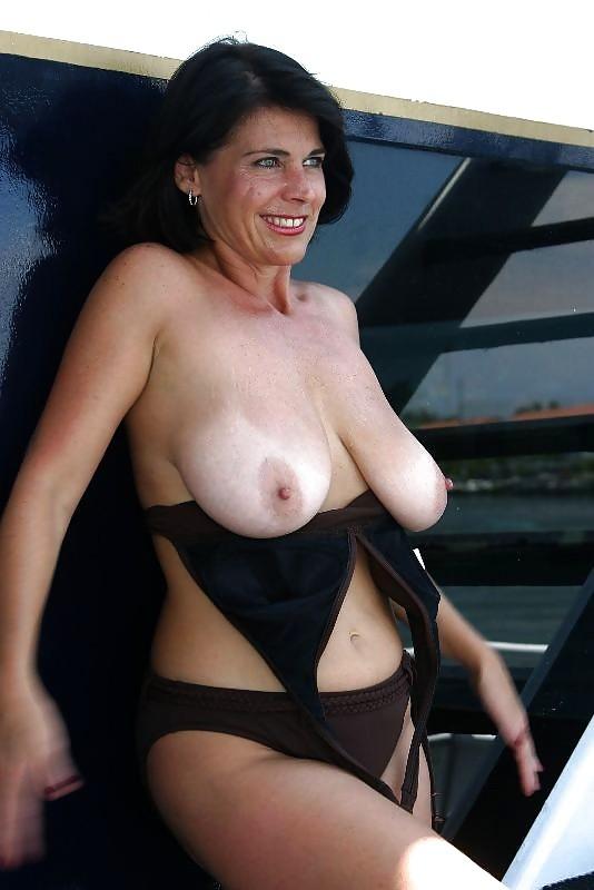 Пожилая женщина с очень большими сиськами позирует голой