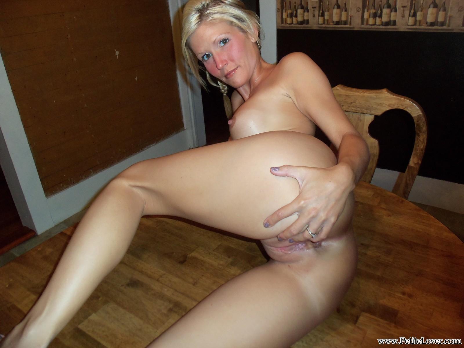 Роскошная и чудесная блондинка демонстрирует сиськи и киску