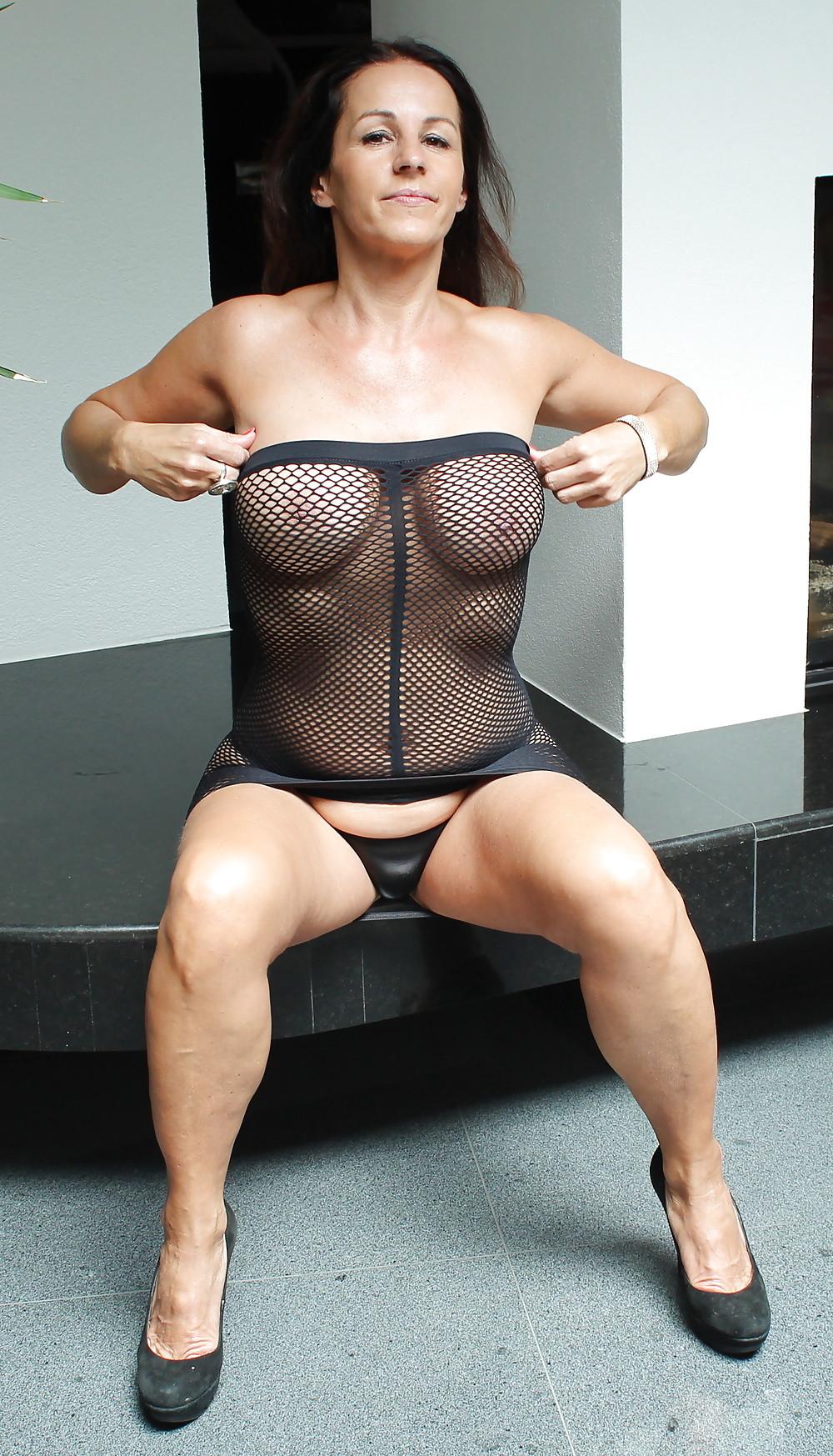 Раскованная женщина в зрелом возрасте готова принимать разные позы, лишь бы всю ее было видно