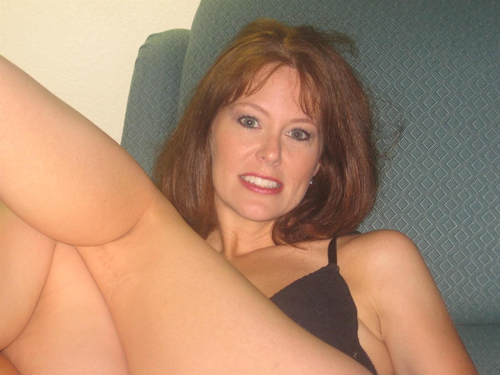Зрелая красотка обладает достаточным опытом, чтобы удовлетворить мужчину и дать ему кончить