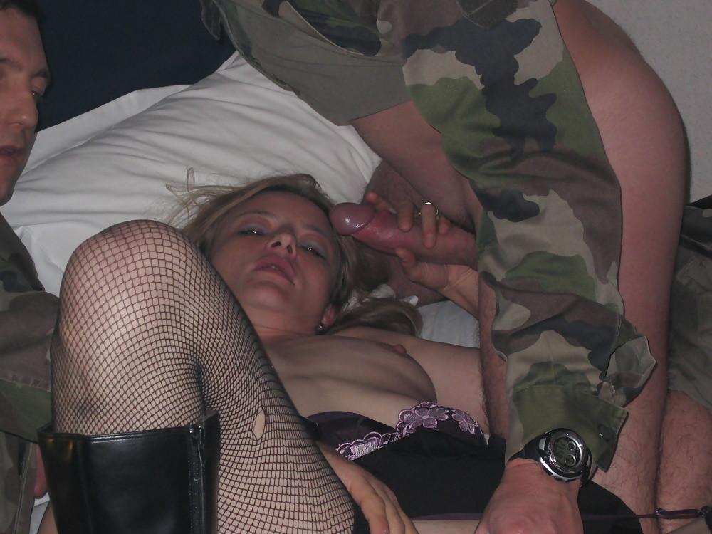 Девушка решает попробовать групповой секс с разными мужчинами – ей явно нравится удовлетворять их всех