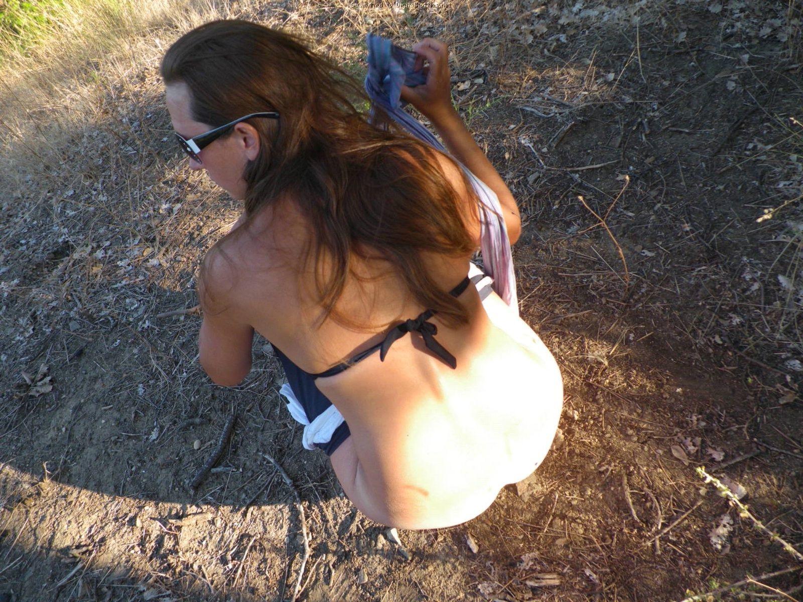 Женщина, несмотря на свое неидеальное тело, показывает себя перед камерой, засветив волосатой пиздой
