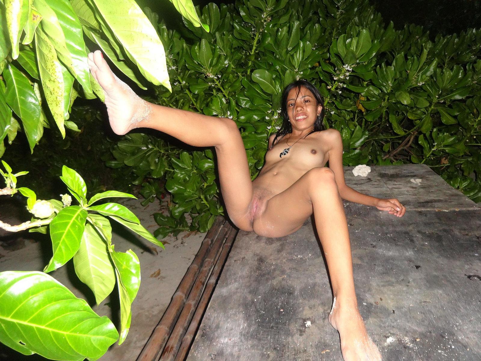 Филиппинка показывает свое тело на пляже и не только, позволяя рассмотреть все подробности