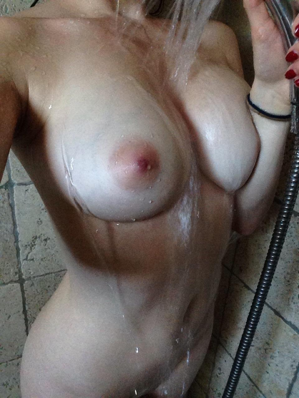 В домашней обстановке девица показала свою шикарную грудь