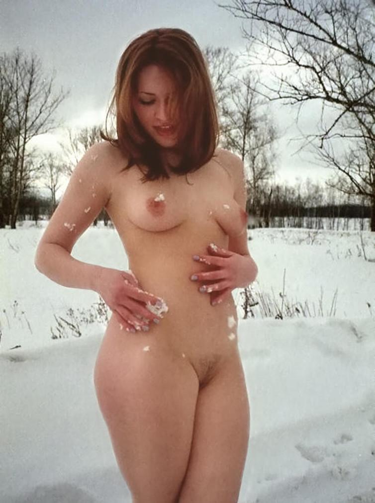 Обнаженные сексапильные девушки позируют зимним днем