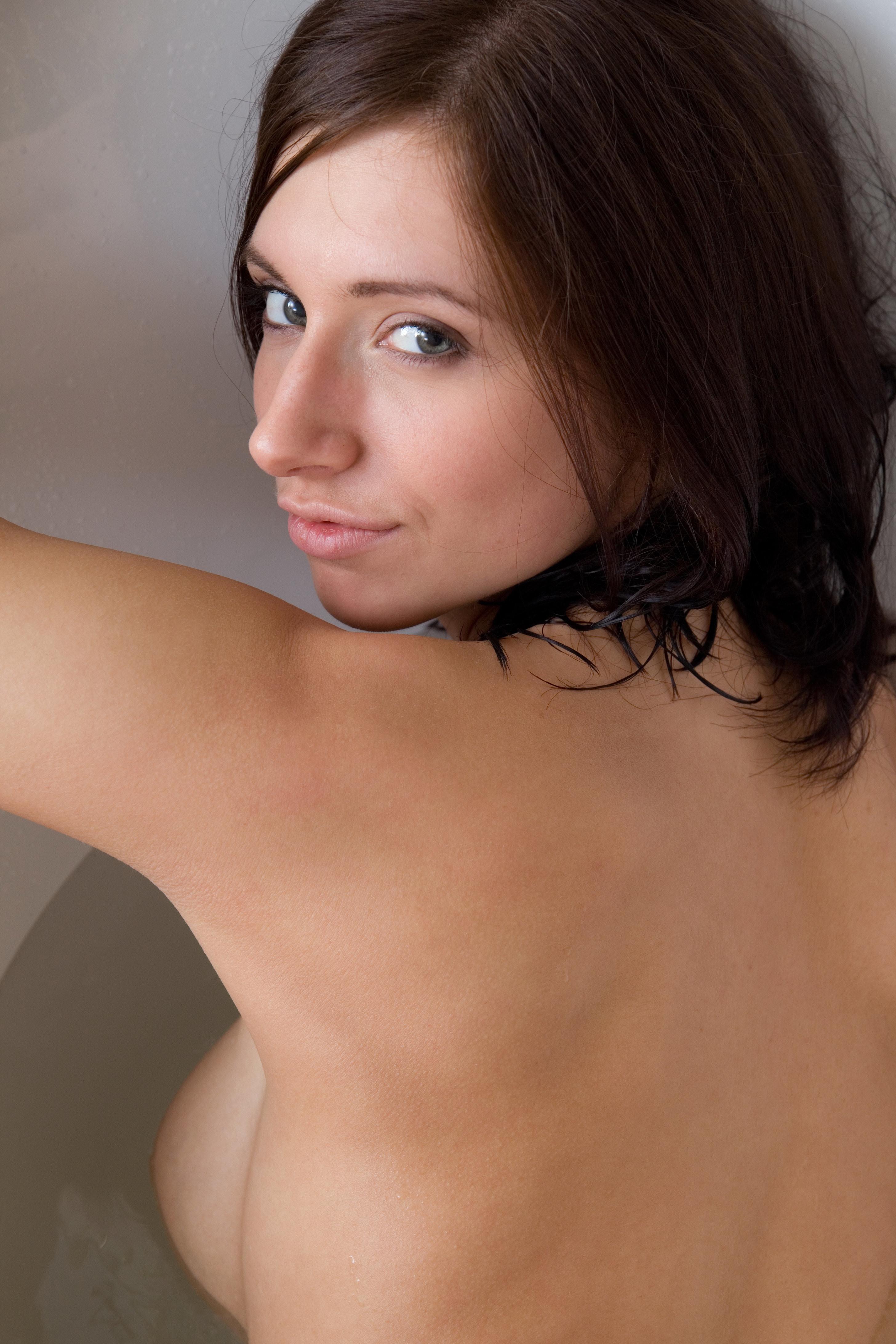 Эротика от сногсшибательной грудастой девушки в теплой ванной