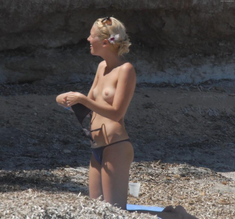 Пока блондинка не замечает, ее снимает какой-то папарацци – можно подглядеть, как она раздевается