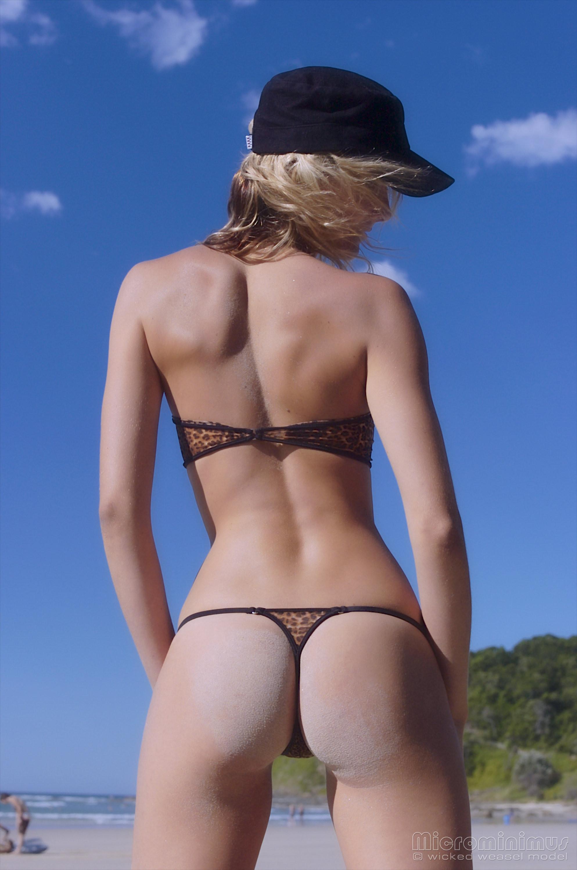 Ванесса показывает, как она любит примерять купальники, которые еле прикрывают ее тело