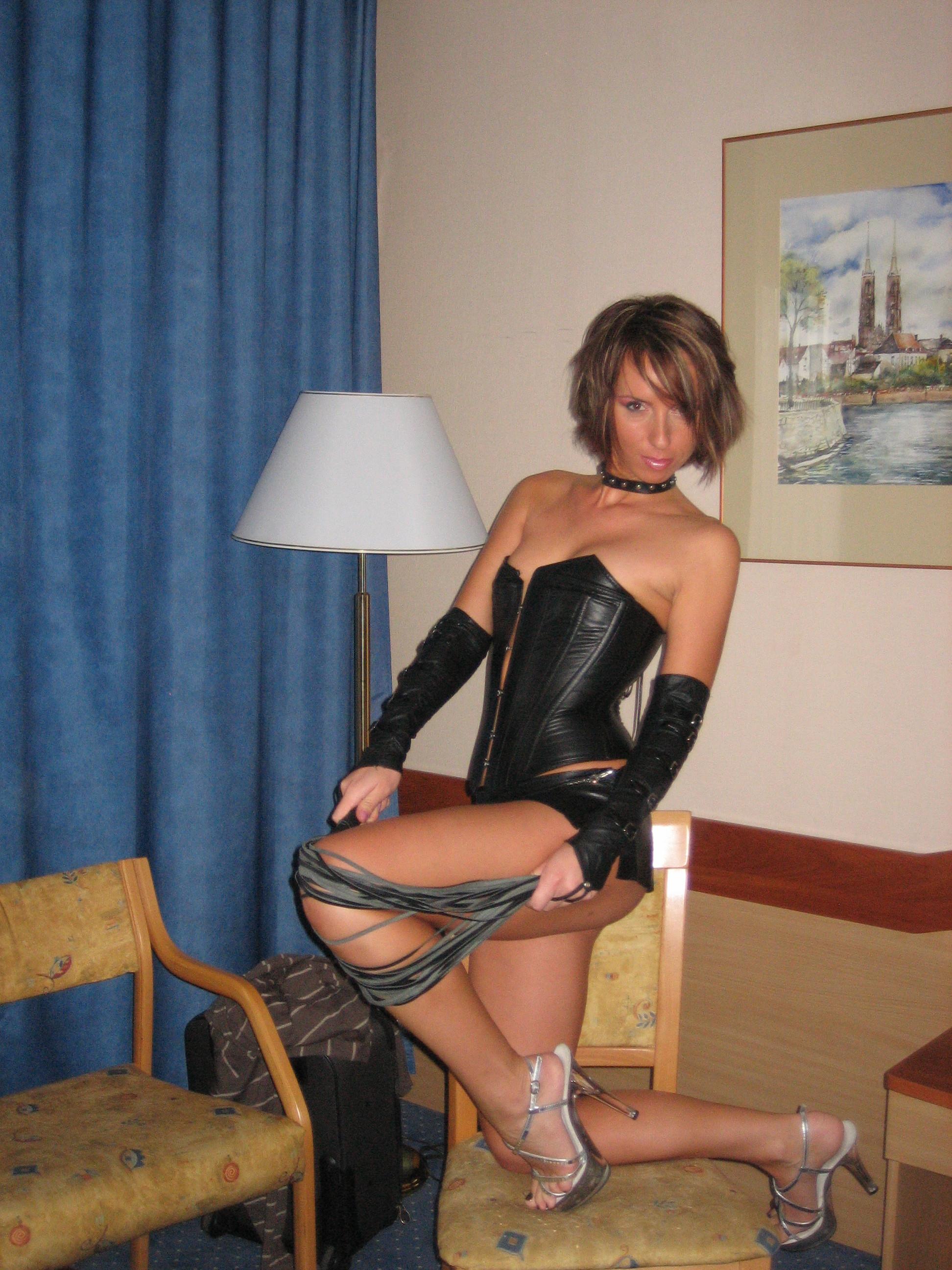 Соблазнительная телочка сидит на стуле и демонстрирует киску