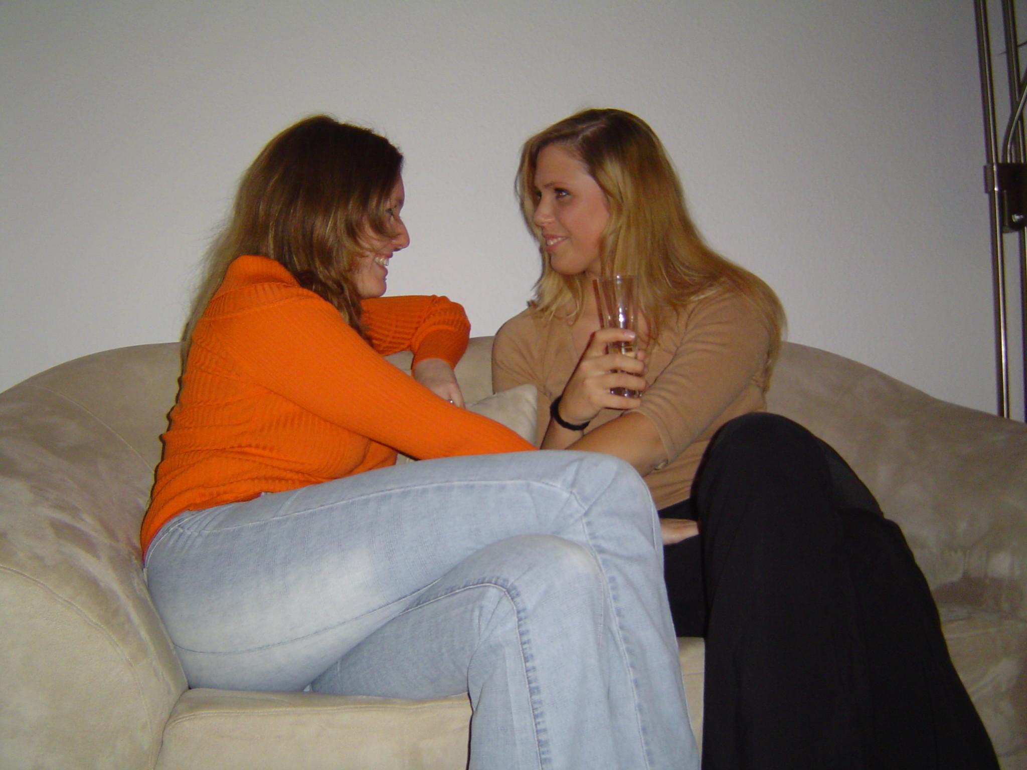 Две подружки показывают, как им нравится расслабляться в компании друг друга, но и по отдельности они не скромничают