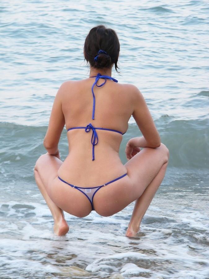 Девушка показывает свое тело на отдыхе, она постепенно раздевается и дает себя разглядеть