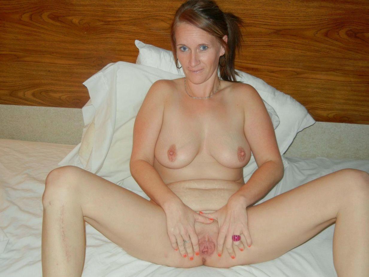 Эшли уже далеко не молода, но все еще хочет показать свою красоту, расставляя ножки перед фотографом