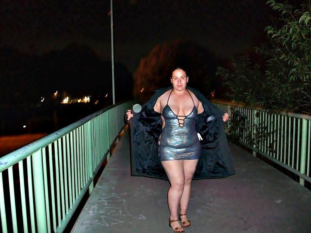 Полная женщина прямо на улице хвастается своей фигурой, абсолютно забывая о всяком стеснении