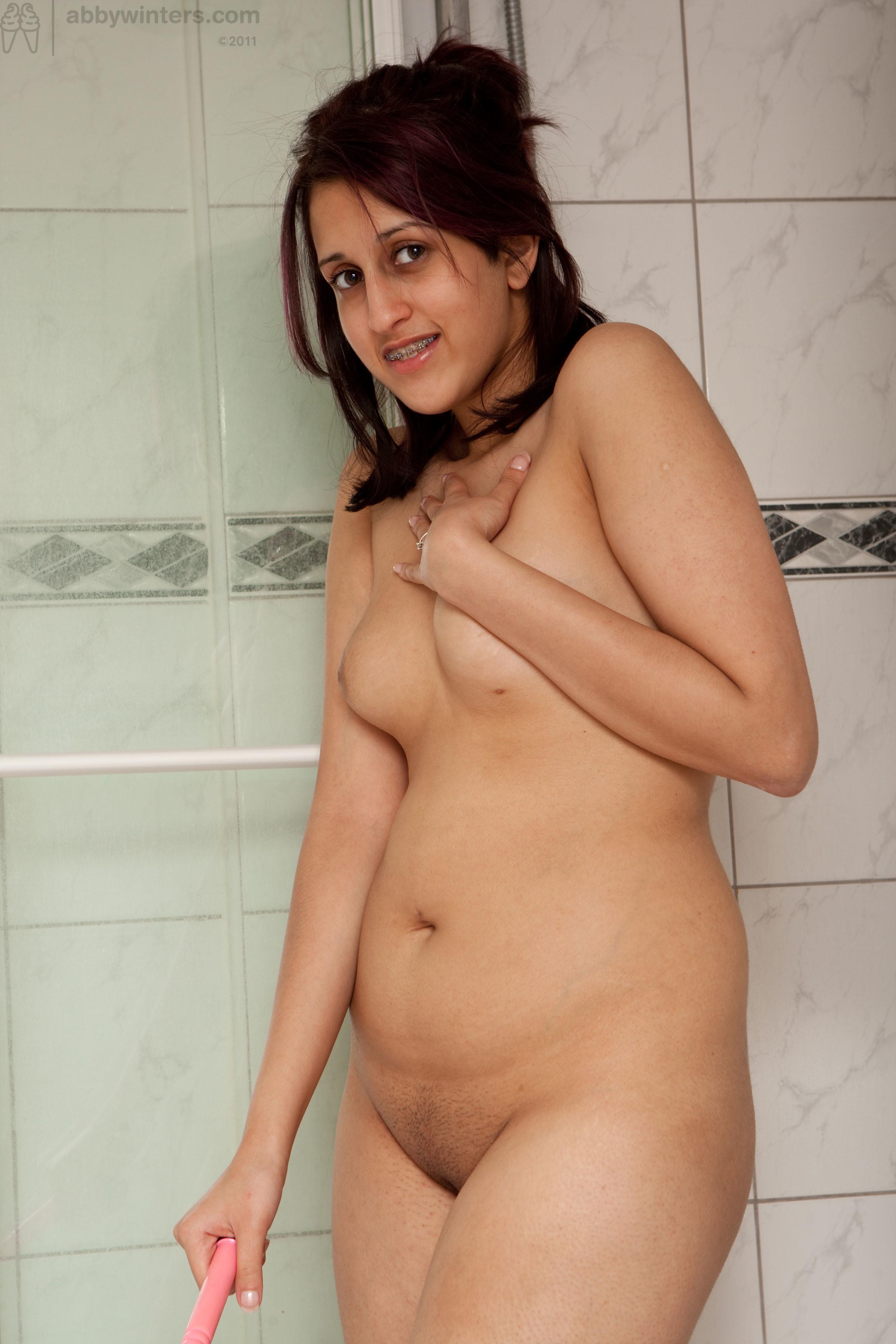 Зарина специально заперлась в ванной, чтобы поиграться там со своей киской с помощью вибратора
